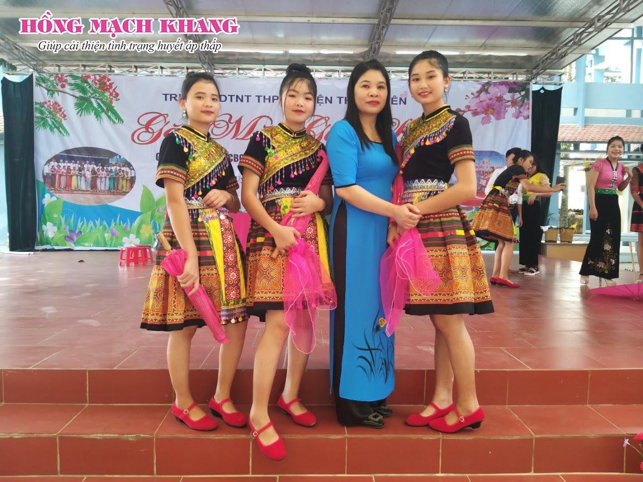 Chị Phượng cùng các em học sinh tại trường dân tộc nội trú huyện Than Uyên